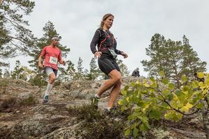 Damtvåan Johanna Bygdell, Öbacka (103), före Olov Molin, Östersunds SK (765), som blev 14:e i herrklassen, i Härnö Trail, löpartävlingen som kallats för Sveriges vackraste löpartävling. Bild: Martin Edholm.