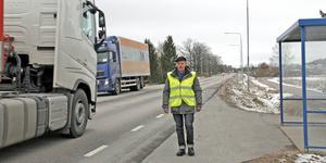 """Fotgängare måste gå en sträcka bland den tunga trafiken på Kungsgatan. """"Farligt"""", konstaterar Kjell Johansson."""