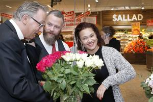 Prästen Anders Elvin går igenom hur vigselakten kommer gå till med Torbjörn och Laila.