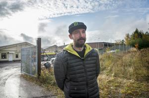Peter Hultgren står utanför företagsområdet under släckningsarbetet.