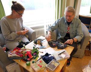Linda Widéen och Rose-Marie Svanfeldt var broderade grannlåt för första gången. Rose-Marie visar sina hättor till träskor hon gjort.