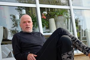 Mikael Strandberg berättar om sina framtida planer, på brodern Kalles veranda i Dala-Järna.