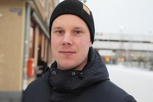 Pertti Virtanen åker snart hem till Finland och hämtar familjen, det får dela äventyret några veckor och se ett eldigt annandagsderby som väntar.