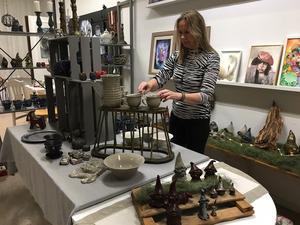 Elaine West rättar till ett par av sina keramikmuggar. På lördag ska allt vara perfekt.