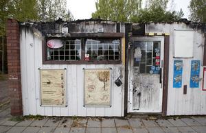 Amin Farhan, ägare av Järbo Kiosk & Spel,  vill inte vara med på bild i tidningen men han berättar att han saknar sina kunder.