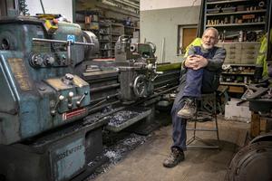 Här har Rolf sin arbetshörna. Vid svarven från 1970. Han började när han var 14 år och har haft samma jobb sedan dess. – Det är roligare nu, säger han.