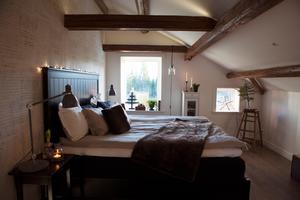 Ett sovrum utöver det vanliga. Här är taket framtaget och de rustika bjälkarna framtagna.