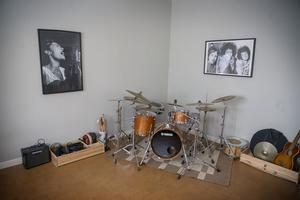 I musikrummet ligger sladdarna på plats och tamburinerna på rad.