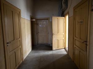Ett stort packrum har gjorts om till avdelning med sovrum och badrum.