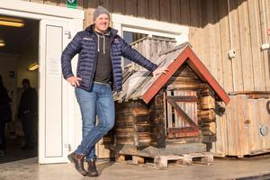 Joakim Näsvall, delägare och nuvarande rökmästare vid den rökstuga där allting började.