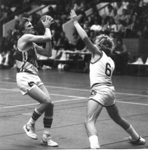 Året är 1984 och Hasse Widell och KFUM Östersund spelar hemmamatch i Sporthallen. Widell var under flera år en av profilerna i KFUM. Foto: ÖP