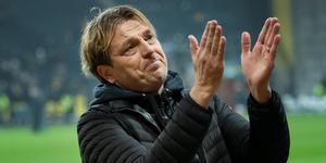 Tony Gustavsson tackar GIF-fansen efter förlusten mot AIK. Bild: TT
