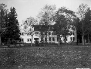 Officersbyggnaden i Sannahed, Kumla, på en bild från 1940-talet. Foto: Örebro stadsarkiv