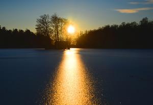 Foto: Seppo Remes. Skantzsjön i Hallstahammar vid solnedgången.