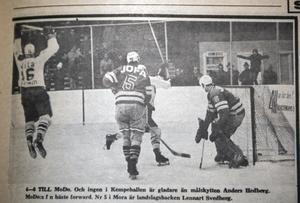 """Bild från ÖA 1 november 1968. 4-0 till Modo. Och ingen i Kempehallen är gladare än målskytten Anders Hedberg. Nr 5 i Mora är landslagsbacken Lennart """"Lill-Strimma"""" Svedberg"""