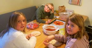Linnea, Alicia och Clara-Belle förbereder sina Mulle Meck-pizzor