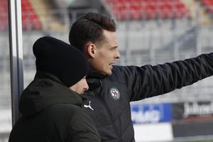 Axel Kjäll med kollegan Daniel Bäckström vid sidlinjen under ÖSK:s match mot Helsingborgs IF i Svenska cupen. ÖSK kvitterade i slutsekunderna till 1–1.