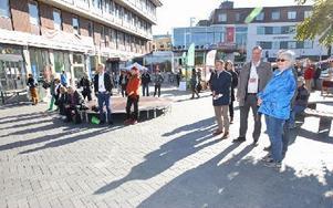 I går invigdes Falu Demokrativecka på Fisktorget. Det blir aktiviteter i demokratins tecken till och med söndag. Foto: Curt Kvicker