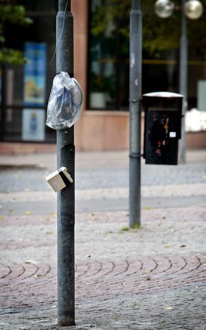 En låda med sladdar kopplade till en telefonkiosk fick polisen att slå på stora trumman. En bombvagn från Sundsvall kallades in men innan den hade nått Östersund stod det klart att det inte alls handlade om en bomb, utan om en kvarglömd internetuppkoppling.  Foto: Marcus Ericsson