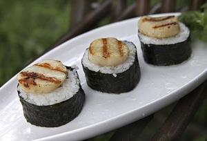 Hemlagad sushi med grillade pilgrimsmusslor på toppen är en perfekt inledning på grillfesten.