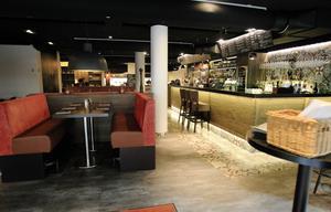 """Rum för alla. Bistro Gränden erbjuder, förutom en stor öppen bar och """"showkitchen"""", även en stor nybyggd veranda."""