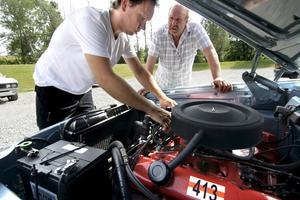 Motorkoll. Niklas Johansson är med för första gången, och visar gärna Kent Alfredsson vad som finns under huven på sin Dodge Dart 440 från 1962.