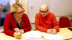 Kommunstyrelsens ordförande i Lindesberg Irja Gustavsson (S) och John Omoomian, ordförande för Lindesbergs arbetarekommun.