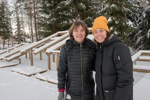 5 december. Karin Sand och Jenny Plahn log ikapp i samband med visningen av det sprillans nya utegymmet vid Bärkevallen i Söderbärke. Här är det fritt fram och helt gratis för träningssugna att nyttja de många redskapen.