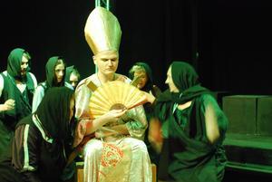 Hampus Larsson gör en diva till biskop när Pegasus sätter upp Robin Hood.