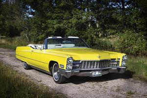 Paret skulle köpa en Cadillac deVille -lik denna fast röd. Men när det hade betalat visade det sig att annonsen var en bluff. (Arkivbild)