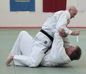 Försvar mot knivhugg när motståndaren sitter grensle över. Ett allvarligt angrepp som kräver ett bestämt agerande i försvarstekniken. Foto: Algot Karlsson