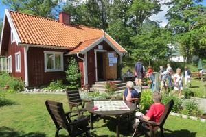 Gäster med kaffe och våffla. Foto: Max Möllerfält