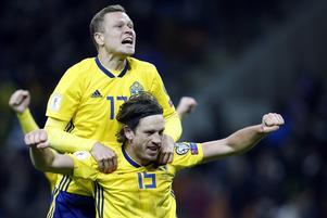 Viktor Claesson och Gustav Svensson jublar när slutsignalen ljuder mot Italien i den andra playoff-matchen. Resultatet innebar att Sverige gick till VM och att Italien missade sitt första världsmästerskap på 60 år.