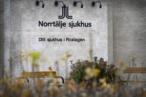 Norrtälje sjukhus räddades kvar som akutsjukhus genom Tiohundraprojektet, som numera kallas Norrtäljemodellen. Alla politiska partier i Norrtälje borde nu  gå samman och kräva ett stopp av alla större förändringar av Norrtäljemodellen till dess att det förts en dialog med oss i Norrtälje, skriver Bengt Annebäck.