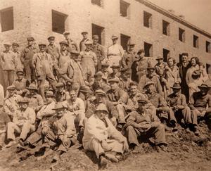 Det här var före mekaniseringens tid. Det krävdes ett stort antal arbetare för att utföra alla de tunga momenten.Här är de samlade utanför det första HSB-bygget i kvarteret Abborren.