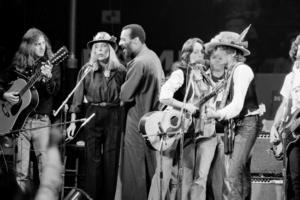 Bob Dylan ville för en stund slippa bördan av att vara ensam huvudperson och bjöd in en mängd kollegor på turnén. Från vänster Roger McGuinn, Joni Mitchell, Richi Havens, Joan Baez och Dylan. Foto: AP/TT
