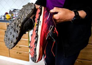 Trailskor med gummidobb är den primära utrustningen för traillöpning. De gör det lättare att ta sig fram i terrängen, eftersom de ger bättre grepp.