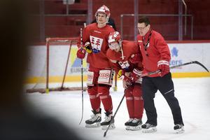 Johannes Salmonsson och Johan Thelin hjälper Sebastian Collberg