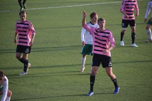 Frösöns Andre Larsson 2–0 målskytt närmst i bild.