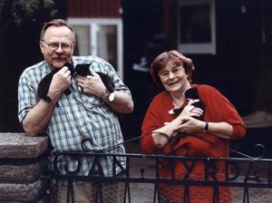 Jan Myrdal och Gun Kessle gullar med kattungar 1993. Foto Jonas Ekströmer / Pressens Bild