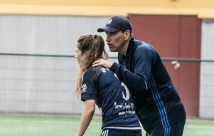 Fredrik Bengtsson pratar med Agnes Dahlström.