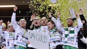 Mars 2013. Efter VM-silvret i Vänersborg fick Englund fira sitt andra SM-guld med Hammarby efter finalseger mot Sandviken inför närmare 40 000 åskådare på Friends Arena – en match som Kalixsonen beskrivit som en av de häftigaste i sin karriär. Bild: Anders Wiklund / Scanpix