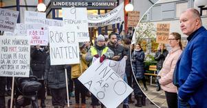 Socialnämndens ordförande Mathz Eriksson (C) och vice ordförande Elin Axelsson (S) mötte demonstranterna utanför Kommunhuset i Lindesberg.