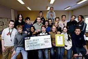 Foto: GUN WIGH Elever med framtidstro.  Gävle -Ditt steg in i framtiden, blev en vinnande slogan för Sörbyskolans klass 9 A. De vann 15 000 kronor i en tävling utlyst av Sveriges Verkstadsindustrier.