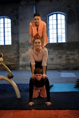 För Matilda Haritz Svensson (längst ner) var det första gången hon fick prova på akrobatik.