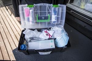 Lådan med personlig skyddsutrustning för det team inom hemtjänsten i Nyköping som ska arbeta med kunder med symptom på covid-19.Foto: Magnus Andersson / TT