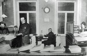 Ernst Åqvist , grundaren av Oscaria, i företagets lokaler på Mäster Samuelsgatan i Stockholm. Bilden tagen före flytten till Örebro 1914. (Ur Från Bergslag till bondebygd, 1970)