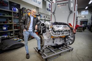 """Det är """"Svempa"""" Bergendahl som designat, byggt och lackat den 650 hästkrafter starka V8-motor som ska monteras i Scanias jubileumsbil Frostfire."""