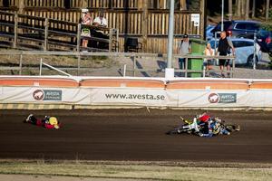 Milik (till vänster) låg kvar ett tag, men kunde resa sig ganska snabbt efter att han kört på en vurpande Linus Sundström.