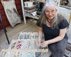 Att frilägga mosaikbitarna från vaser och annat är ett tidsödande pillgöra men det gör inte Lisa något. Hon gillar att jobba med detaljer, säger hon.